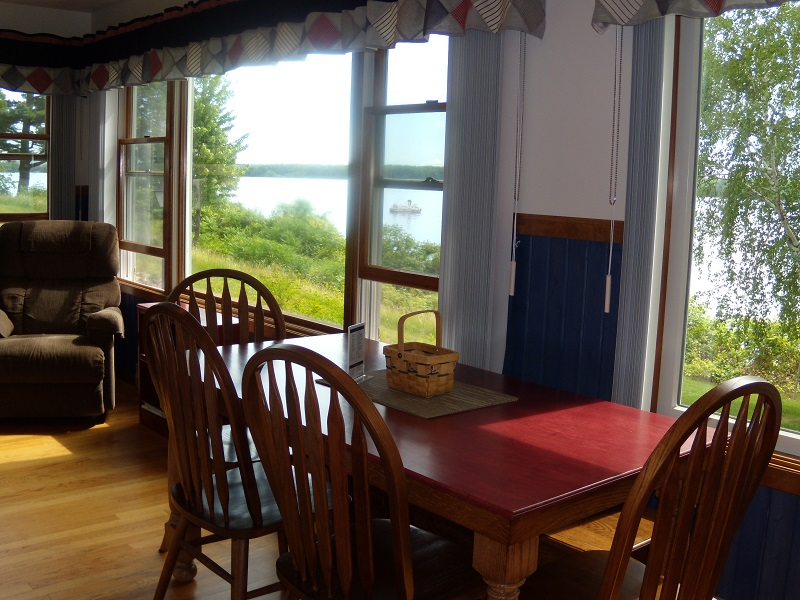 COTTAGE 4 DINNING ROOM