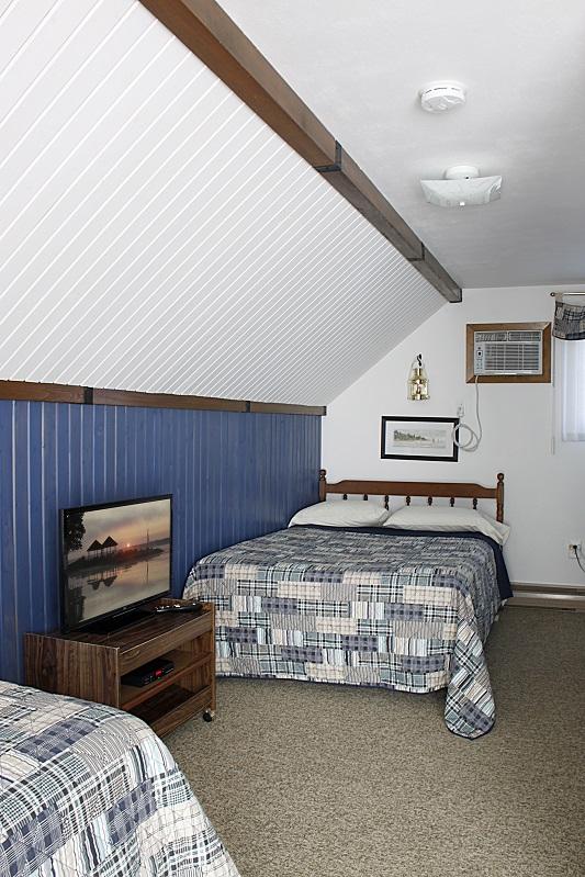 Cabin_4_UpstairsBedroom